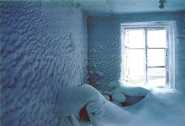 Замерзшие тела двух пенсионеров обнаружила  женщина-почтальон, разносившая пенсии.